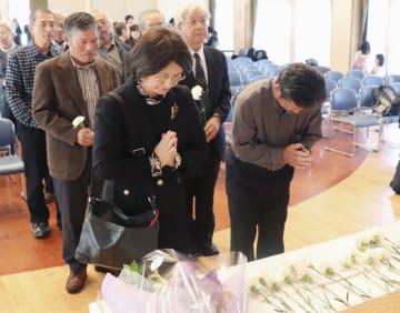「カネミ油症」表面化から50年となり、追悼式で献花する人たち=17日午後、長崎県五島市