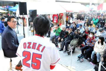 多くの観客が集まった野村さん(手前左)のトークショー