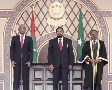 17日、モルディブで大統領就任の宣誓をするソリ氏(左)(AP=共同)