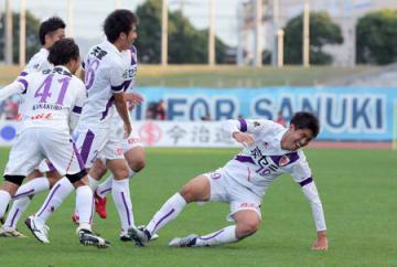 讃岐-サンガ 後半終了間際、2点目のゴールを決め、仲間に手荒い祝福を受けるサンガの大野(右)=Pikaraスタジアム