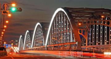 通常の群馬大橋。夜間でも歩道や周囲を明るく照らしていた(2010年1月28日付より)