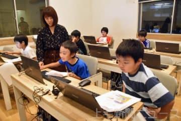 プログラミング教室でパソコンに向き合う子どもたち=前橋市の「こどもアカデミー」