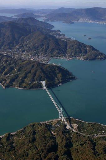 豊島(手前)と上蒲刈島(奥)を結ぶ豊島大橋が開通し、全通から10年を迎えた安芸灘とびしま海道。島々をつなぐ橋は人々の暮らしを変えた(撮影・福井宏史)