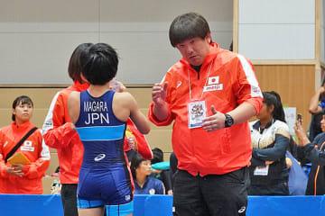 セコンドとして選手を指導する吉田栄利監督