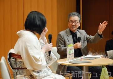萩原館長(右)と対談する清家さん