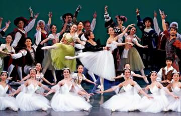 カーテンコールに応えるドラマティックバレエ・ジゼルの出演者たち=17日、沖縄市民会館(下地広也撮影)