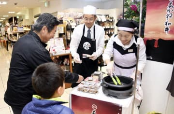 多くの買い物客が舌鼓を打った「愛媛あかね和牛」の試食イベント=17日午後、松山市湊町5丁目