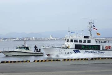 【テロリストの乗った不審船の制圧訓練に当たる巡視艇=津市の津港伊倉津ふ頭で(津建設事務所提供)】