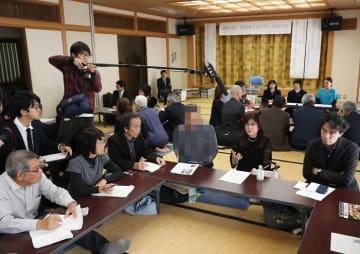 3人のわが子の健康被害について語る森田さん(手前の右から2人目)。左隣は未認定の男性=五島市福江総合福祉保健センター