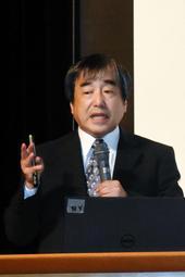 学力向上のためのこつについて講演する陰山英男さん=三田学園