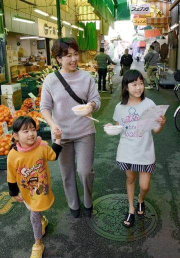 オリジナル丼をつくりながら、子飼商店街を歩く親子連れ=熊本市中央区