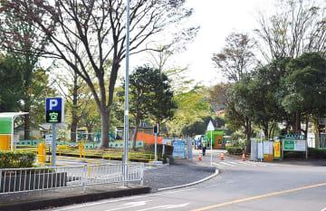 現在工事中の第1駐車場入口(手前は臨時駐車場)