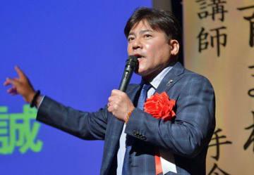 記念講演する前サッカー日本代表コーチの手倉森さん