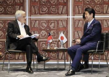 チリのピニェラ大統領(左)と会談する安倍首相=18日、ポートモレスビー(代表撮影・共同)