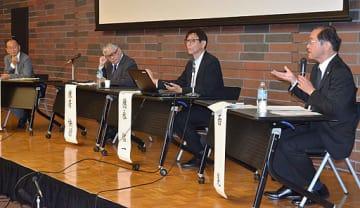 活発に議論する(左から)パネリストの孫崎さん、棟居さん、徳永さん、進行役の西さん=17日、大阪市北区の大阪弁護士会館