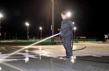 屋外スケート場、営業へ準備 山形・少しずつ氷厚く