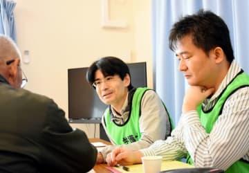 住民からの相談を親身になって受ける滝上明所長(右)と三森祐二郎弁護士(中央)