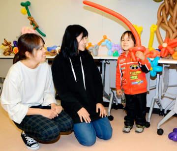 東雲祭でバルーンアート作品を学生からプレゼントされ喜ぶ子ども