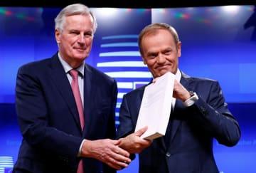 英EU離脱に関する草案を持つEUのバルニエ首席交渉官(左)とトゥスクEU大統領=15日、ブリュッセル(ロイター=共同)