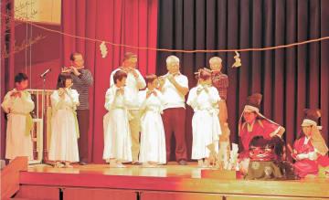 二つの神楽保存会メンバー(後方の4人)に支えられ、子ども神楽を演じる児童ら