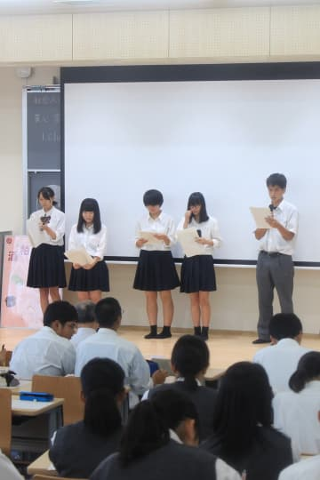 アイデア発表会でそれぞれが考えたスイーツ案を説明する生徒=9月10日、気仙沼向洋高