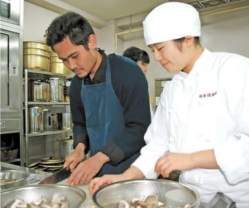 協力して芋煮を作る留学生(左)と明成高の生徒