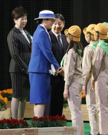 全国育樹祭の式典後、子どもたちと交流される皇太子ご夫妻。左端は東京都の小池百合子知事=18日午後、東京都調布市