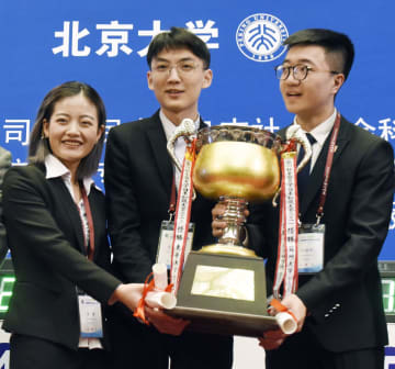 クイズ形式の「日本知識大会」の団体戦で優勝した、対外経済貿易大の(左から)呉娜さん、宇文志鴻さん、奉イク坤さん=18日、北京大(共同)