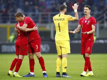 準決勝進出を決め、喜ぶポルトガルの選手=ミラノ(ロイター=共同)
