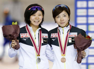 女子1000メートルで2位になり笑顔の高木美帆(左)と3位の小平奈緒=明治北海道十勝オーバル