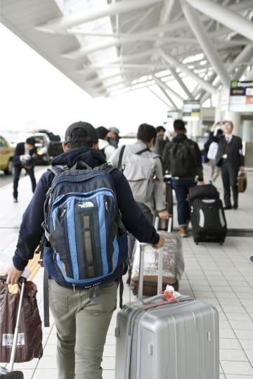 帰国するフィリピン人技能実習生ら=18日午後、福岡空港