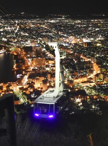 函館山の山頂駅に向かう「函館山ロープウェイ」のゴンドラ=18日夜、北海道函館市