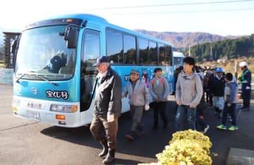 焼山の噴火を想定した避難訓練で、避難所に集まる地域住民=18日、糸魚川市