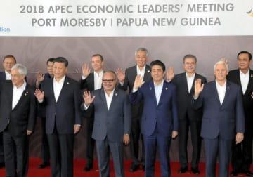 APEC首脳会議を前に記念撮影に臨む(前列右から)米国のペンス副大統領、安倍首相、パプアニューギニアのオニール首相、中国の習近平国家主席ら。後列右から2人目は韓国の文在寅大統領=18日、ポートモレスビー(代表撮影・共同)