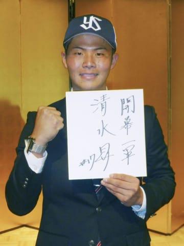 ヤクルトに入団が決まり、笑顔でポーズをとる国学院大の清水昇投手=18日、東京都内のホテル