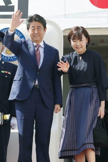 APEC首脳会議を終えジャクソン国際空港から帰国の途に就く安倍首相と昭恵夫人=18日、ポートモレスビー(共同)