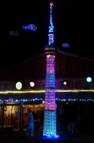 後方にUFOが点滅する「飯牟礼スペースタワー」=日置市伊集院町飯牟礼