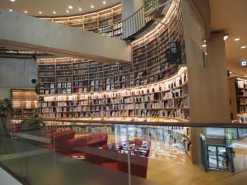 海老名市立中央図書館の本棚(撮影:海老名市民・南室勝巳氏)