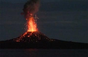 2017年7月に深海潜水調査船支援母船「よこすか」から撮影した西之島の噴火の様子。(c)JAMSTEC