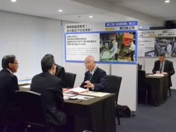 人口が集中する東京で行われた東近江市の事業承継個別相談会。来場者が各事業者の説明に熱心に耳を傾けていた(東京都中央区)