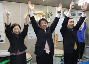 初当選し、支持者らと万歳する神田一秋氏=18日午後10時前、阿賀町