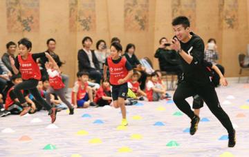 子どもたちと一緒に競走する桐生選手(18日午後4時50分、京都市東山区のホテル)