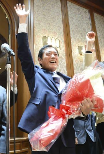 愛媛県知事選で3選を決め、万歳する中村時広氏=18日夜、松山市