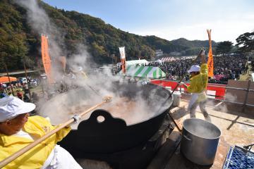 多くの行楽客が訪れた関東一の大鍋で調理した芋煮会=常陸大宮市山方