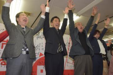 当選して万歳する大谷明氏(左から2人目)=18日午後10時35分ごろ、ひたちなか市馬渡