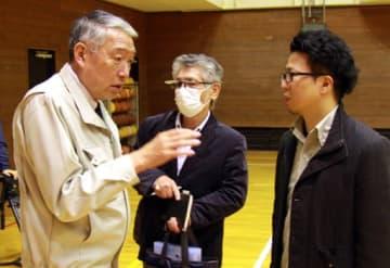 三村町長(左)と初めて対面し、意見を交わす串山さん(右)と小川さん=7日、広島県熊野町(撮影・鴻池尚)