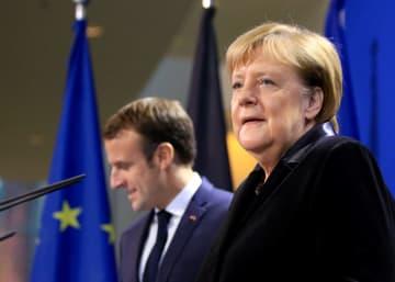 記者会見に臨むドイツのメルケル首相(右)とフランスのマクロン大統領=18日、ベルリン(ゲッティ=共同)
