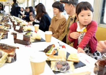 スイーツ列車を楽しむ家族連れら=11月18日、福井県のえちぜん鉄道勝山駅