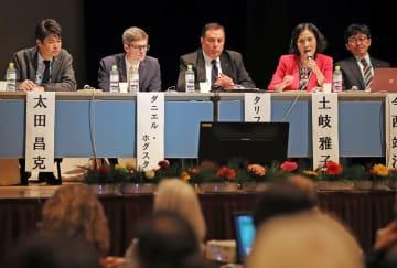 NPT体制と核兵器禁止条約の役割について話すパネリスト=長崎市平和会館