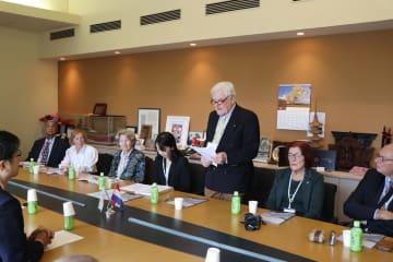 平和への思いを語るオランダからの訪問団の団長=長崎原爆資料館